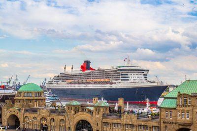 Kreuzfahrtschiff an den Landungsbrücken in Hamburg
