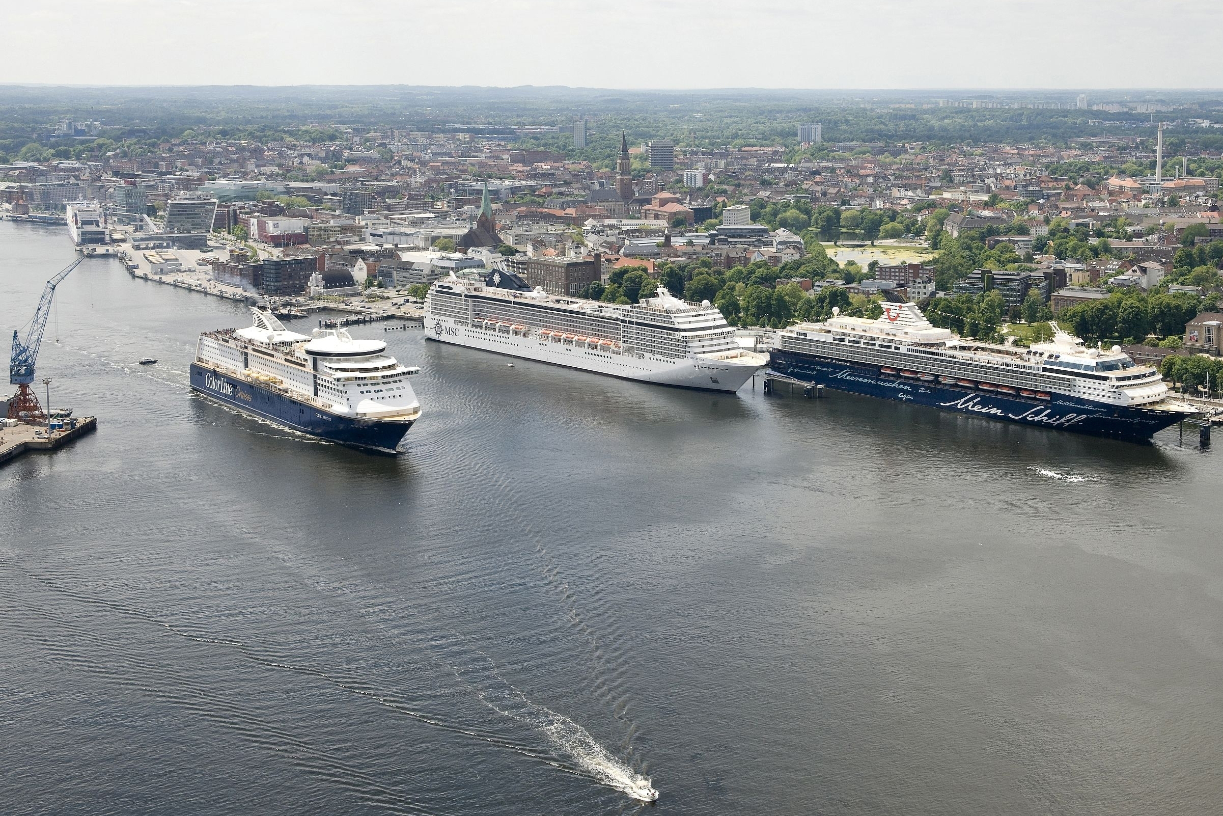 Kreuzfahrtschiffe und Fähren in Kiel